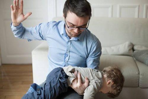Quốc hội Pháp thông qua đạo luật cấm bố mẹ 'đánh đòn' con cái