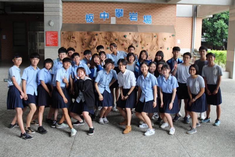 Chỉ có thế là Đài Loan: Một trường trung học cho phép nam sinh được mặc váy đi học
