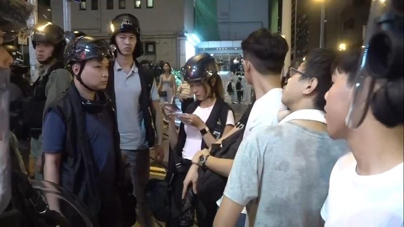 Dân mạng Hong Kong 'say nắng', truy tìm danh tính nữ cảnh sát gợi cảm bắt giữ người biểu tình
