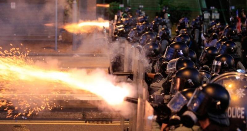 Sinh viên Hong Kong dùng tia laser công suất cao tấn công người thân của cảnh sát